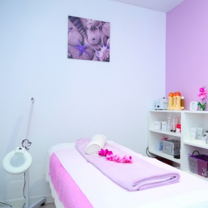 Cabina para tratamientos faciales, corporales, depilación con cera, depilación con hilo, extensiones de pestañas y tinte y permanente de pestañas.