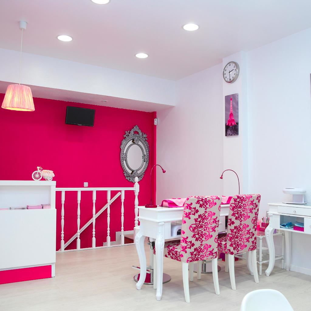 Entrada centro de estética, mesa de manicura y recepción.
