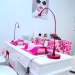 Contacto del centro de estética Nails Luxury, vista de la mesa manicuras y uñas esculpidas